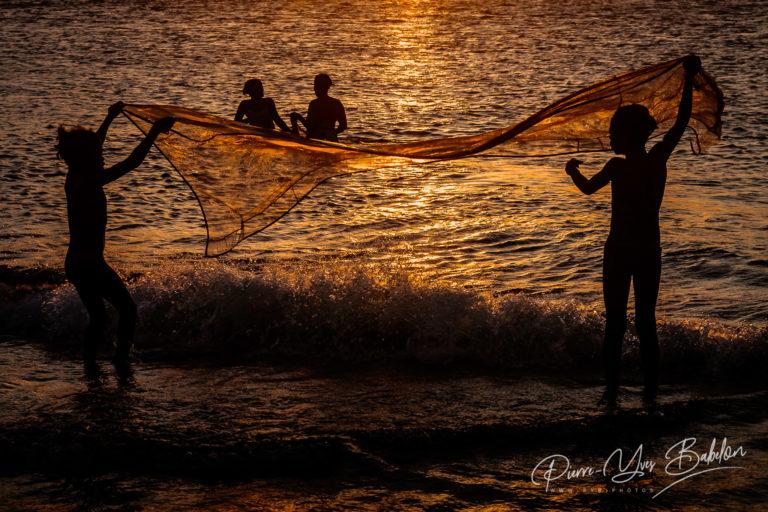 Famille de pêcheurs au coucher du soleil à Antalaha, à l'est de Madagascar