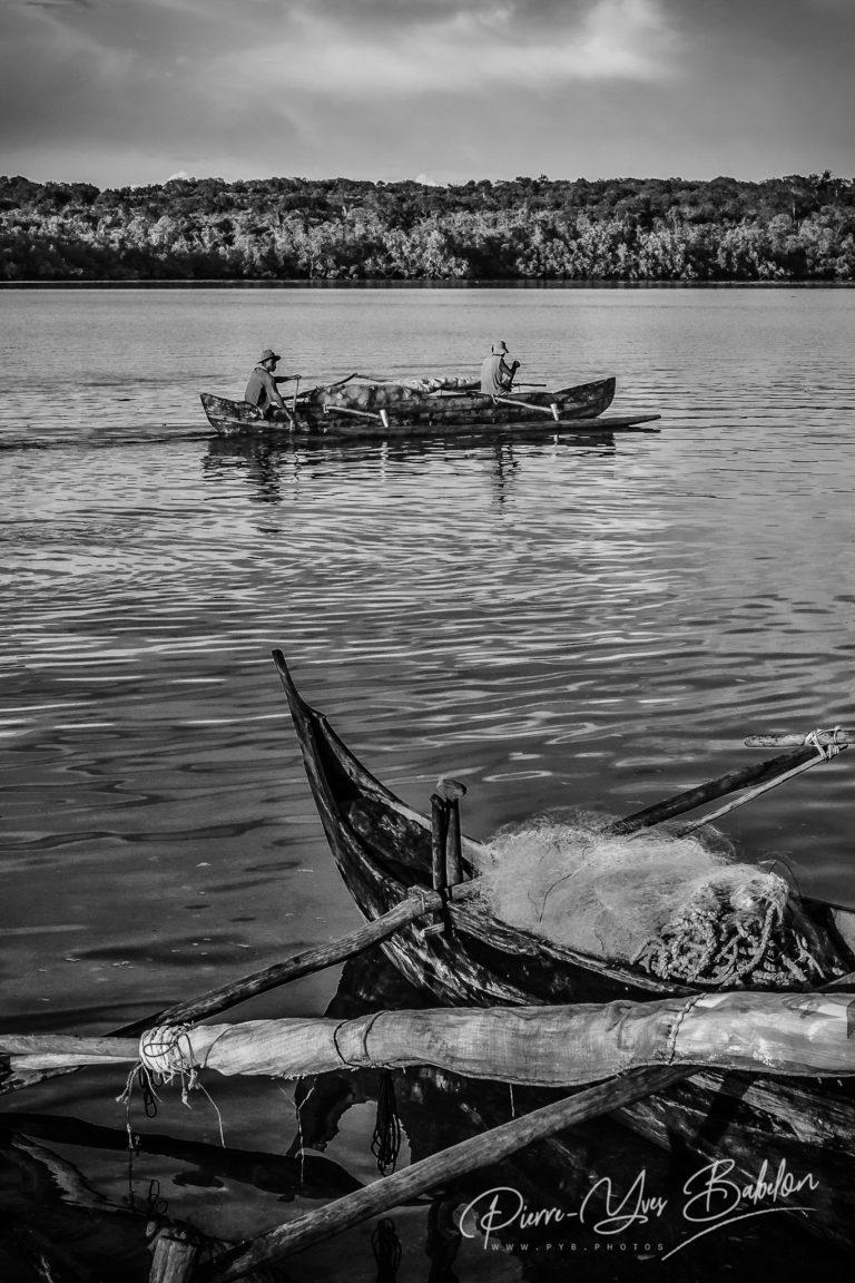 Pêcheurs Malgaches dans une pirogue à balancier