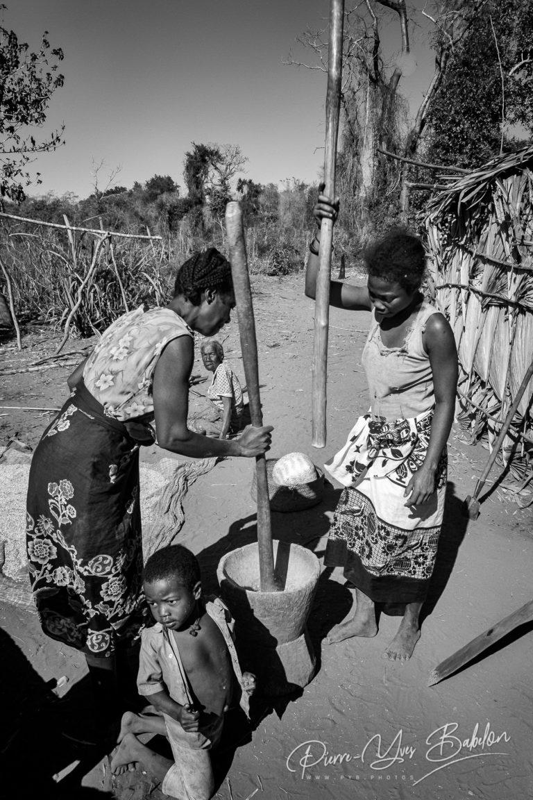 Femmes malgaches au  pilon